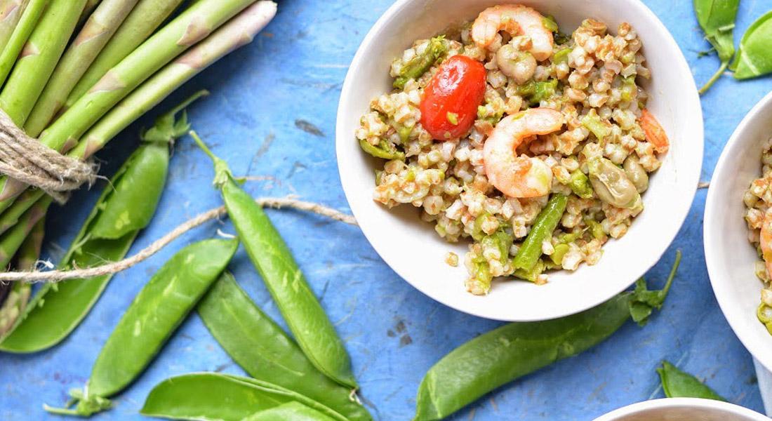 insalata di farro e fave con piselli, asparagi e gamberi: la ricetta da provare a dieta