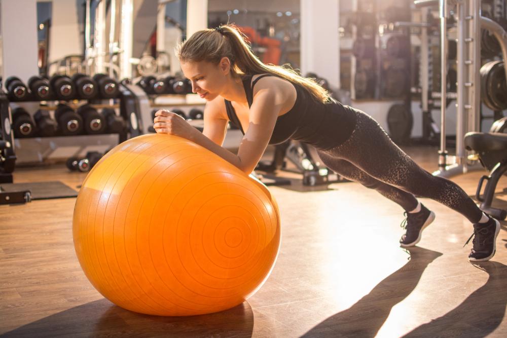 maniglie dell'amore: plank su palla fitness