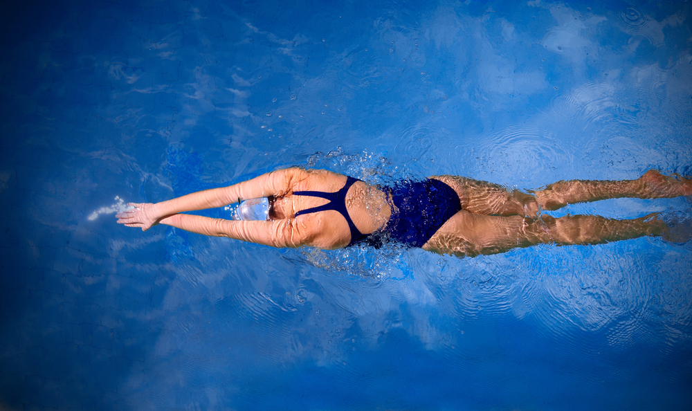 benefici del nuoto: brucia calorie