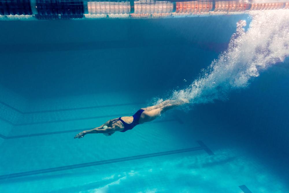 benefici del nuoto: combattere gambe pesanti e ritenzione