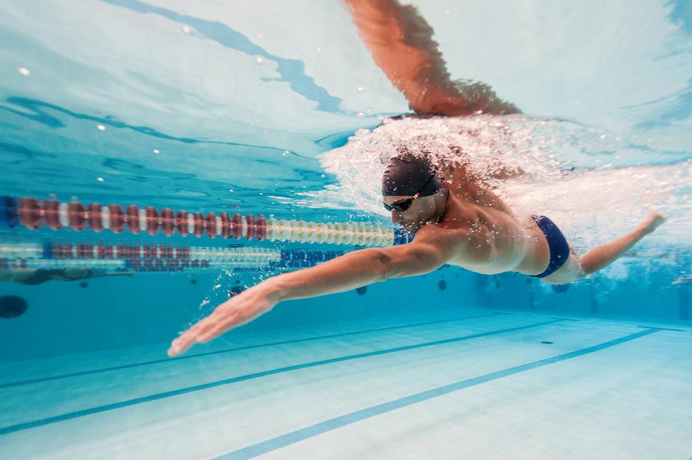 benefici del nuoto: rende felice