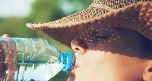 bere acqua per mantenersi idratati quando fa caldo