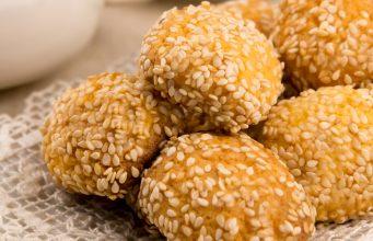 I biscotti al sesamo, ottimi per una golosa e sana pausa gluten free, sono semplici e veloci da realizzare.