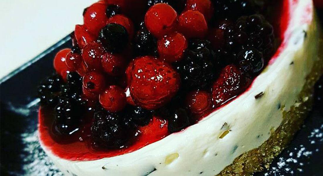 cheesecake light al cioccolato con frutti di bosco