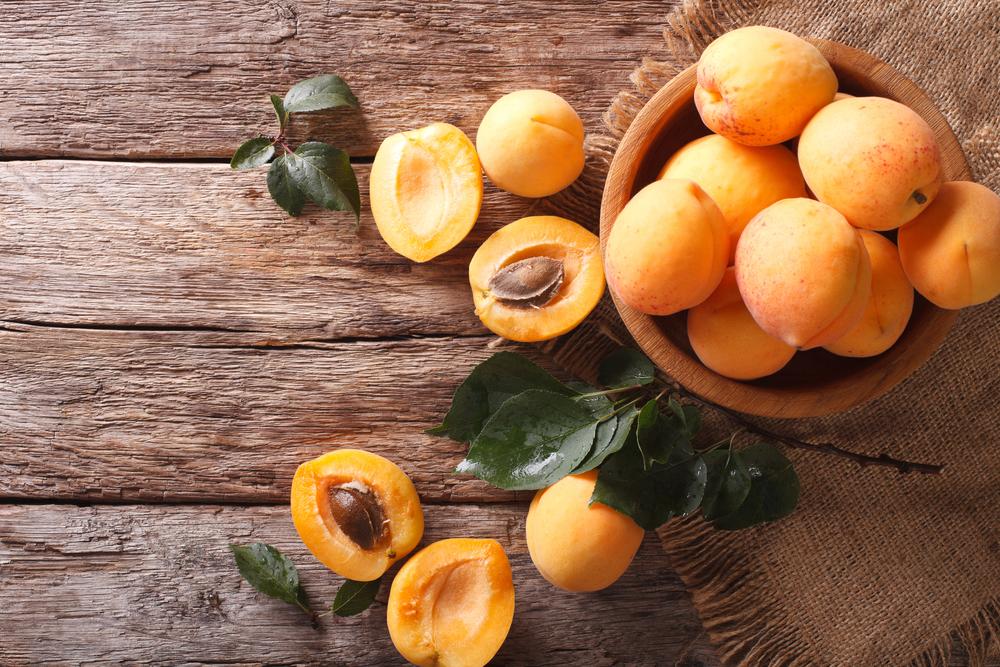 la frutta di giugno, le albicocche