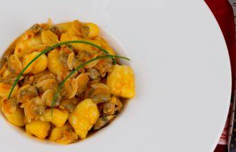 Gnocchi con le vongole senza glutine: un piatto unico ricco e ben equilibrato.
