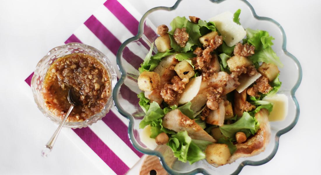 Insalata di pollo con polenta e salsa di nocciole: un piatto unico sano, nutriente e gustoso.