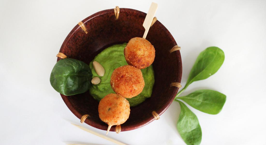 Semplici e gustose, le polpette di patate con salsa di spinaci senza glutine sono ottime anche per i bambini.