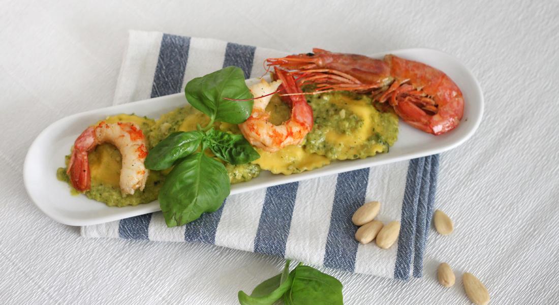 Perfetti per il periodo estivo, i ravioli con pesto di zucchine e gamberi senza glutine nascondono un ricco e gustoso ripieno.