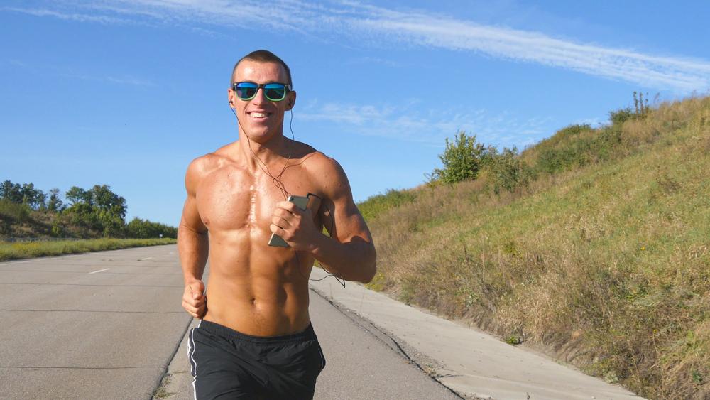 sport quando fa caldo: indossa capello e occhiali da sole