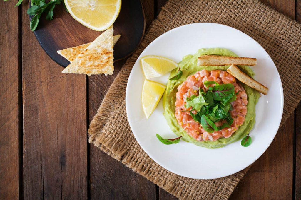 tartare di salmone con zuppa fredda di sedano