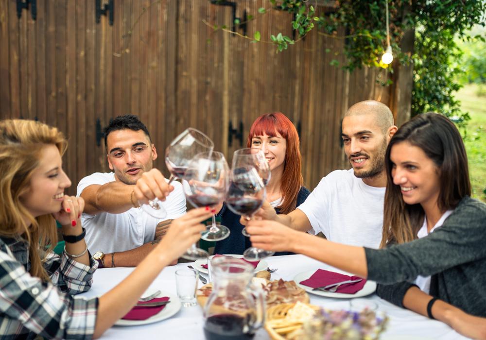 In un locale o a casa di amici, tutti i trucchi per organizzare un aperitivo senza glutine gustoso ma leggero.
