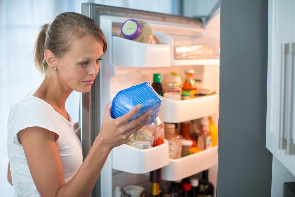 cibi scaduti, controllare le date di scadenza in frigo