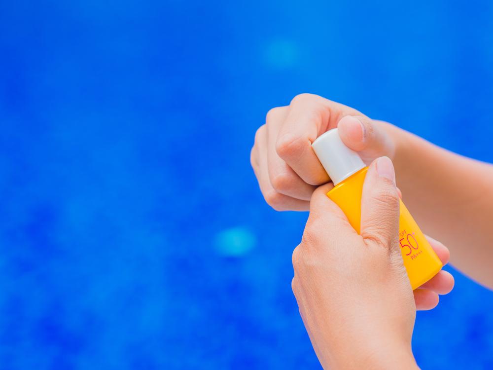 come proteggersi dal sole in piscina, in città e al mare
