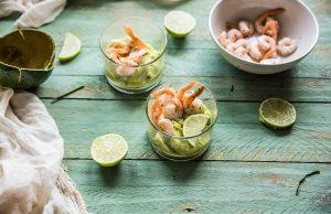 Gamberi con crema di avocado al lime ed erba cipollina