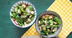 Gustosa e leggera, questa insalata di spinacino è perfetta per un pasto fresco e nutriente.