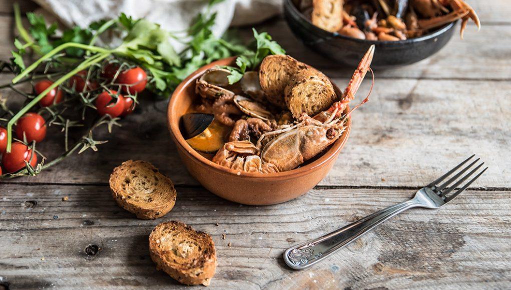 Riciclo in cucina: zuppa di pesce misto con crostini