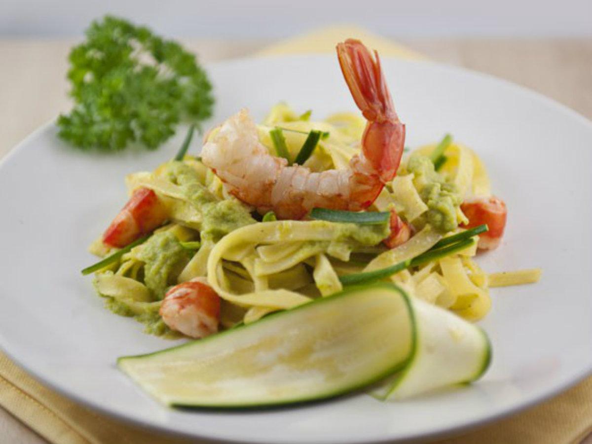 ricette con zucchine, tagliatelle zucchine e gamberoni