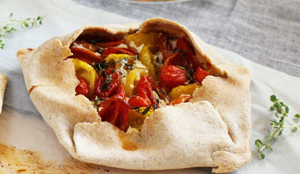 La ricetta della torta salata con robiola e pomodorini senza glutine ha poche calorie ma piace a tutti!