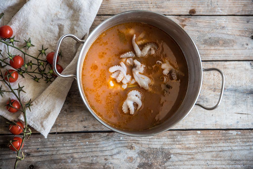 preparazione zuppa di pesce