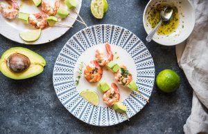 La ricetta degli spiedini gamberi e avocado