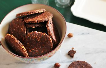 I biscotti ai fiocchi di avena senza glutine e privi di lattosio e uova, sono perfetti per una colazione o una merenda sana e golosa.