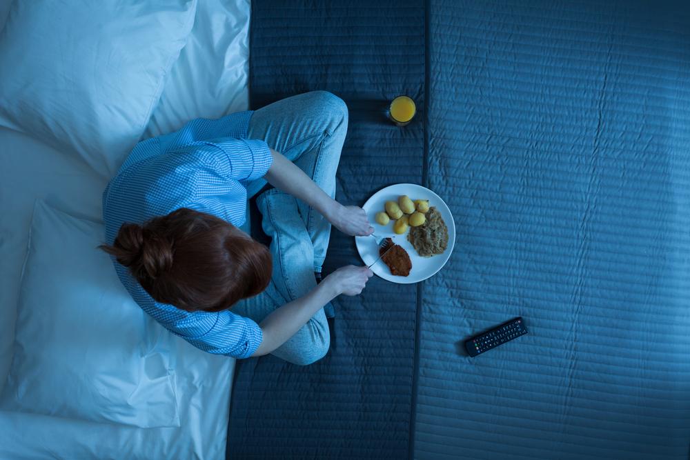 Mangiare tardi la sera: scopri cosa succede