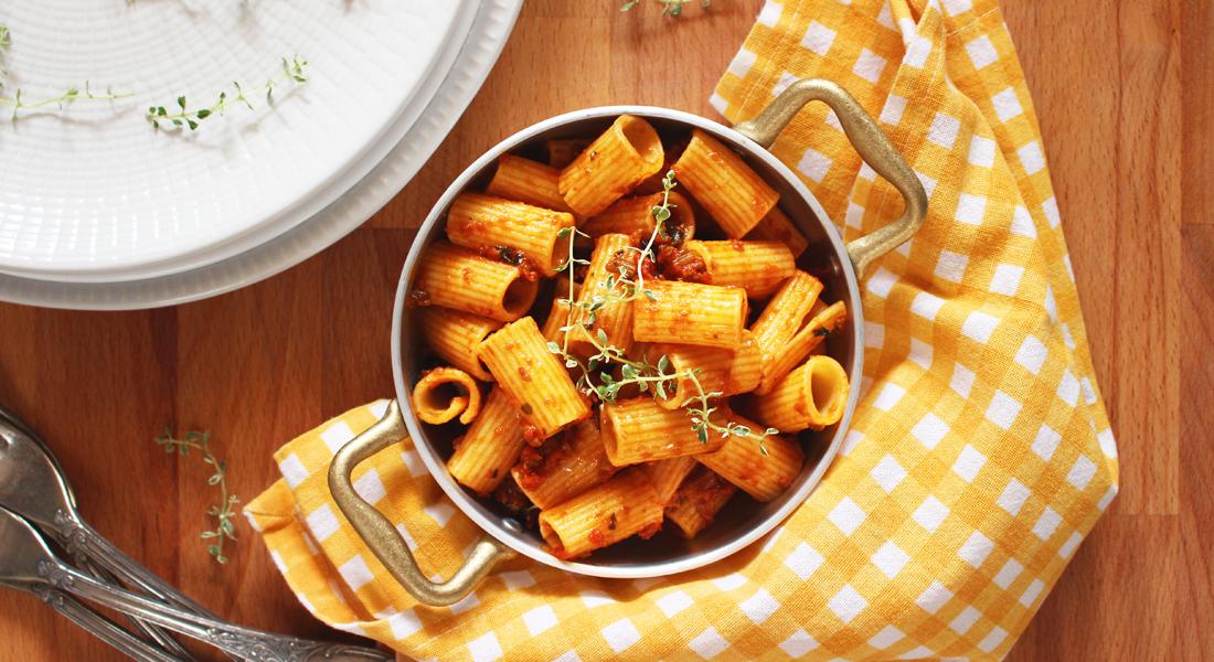La pasta al ragù vegetale è un gustoso primo piatto adatto ai celiaci, ai vegetariani e a chi vuole alimentarsi in modo sano e bilanciato.