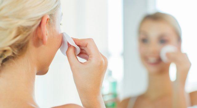 pelle grassa: cause, sintomi, rimedi e maschera fai da te