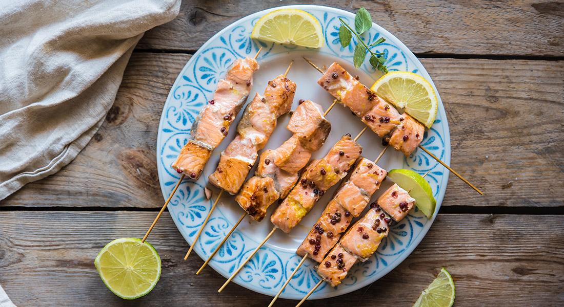 spiedini di salmone al pepe rosa