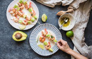 Spiedini di gamberi e avocado