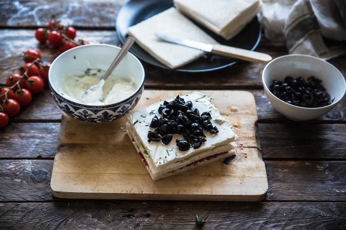 spiedini di tartine miste con olive