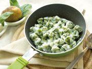 Gli gnocchi di patate e spinaci, light e senza glutine, sono veloci da preparare e ideali a celiaci e vegetariani.