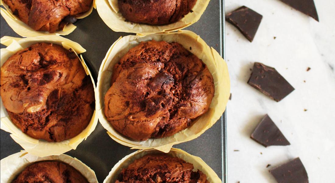 La ricetta dei muffin al doppio cioccolato senza glutine, senza uova e senza lattosio, adatti anche a chi è a dieta!