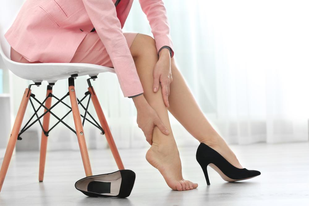stare seduti a lungo: cause problemi alle gambe