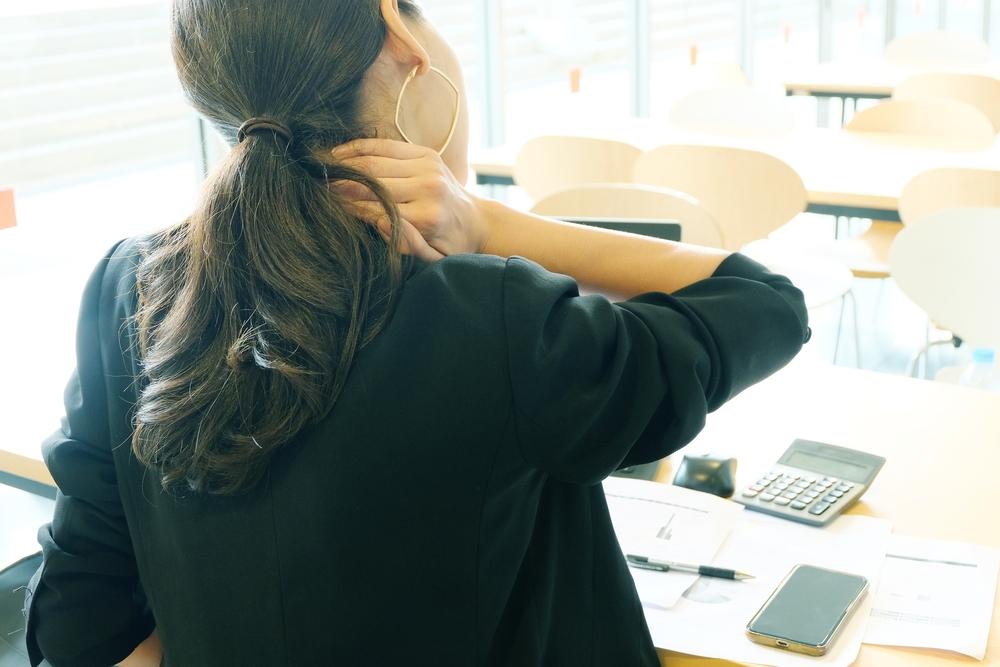 stare seduti a lungo provoca danni al collo e al cervello