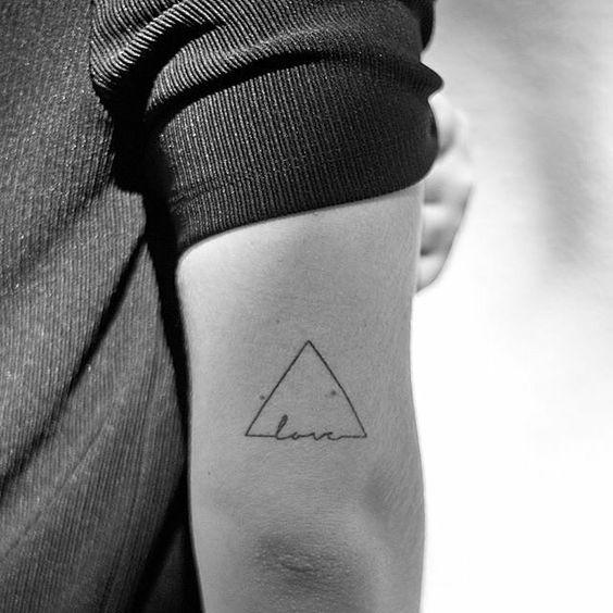 tatuaggio minimal triangolino con scritta