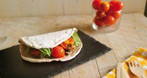 Le tortillas di teff con crema di melanzane e pomodorini sono una ricetta veloce da preparare, vegetariana e senza glutine, adatta per una cena veloce o un pranzo in ufficio..