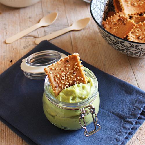 Crackers di riso e quinoa con maionese di avocado senza uova
