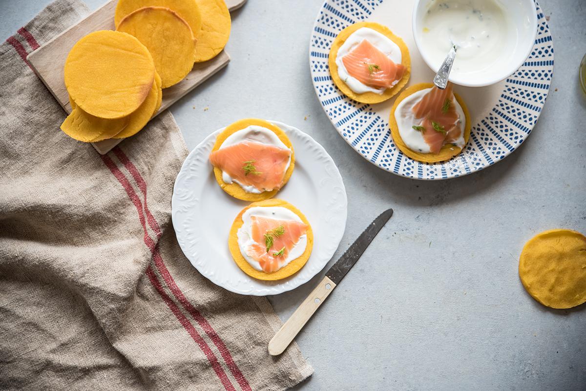 Gallette di mais con salsa allo yogurt, aneto, salmone