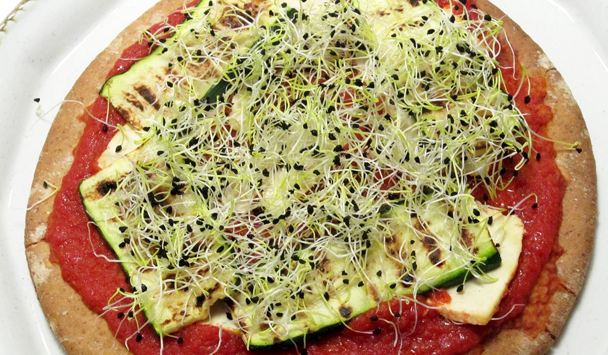 Pizza con zucchine grigliate e germogli di porro
