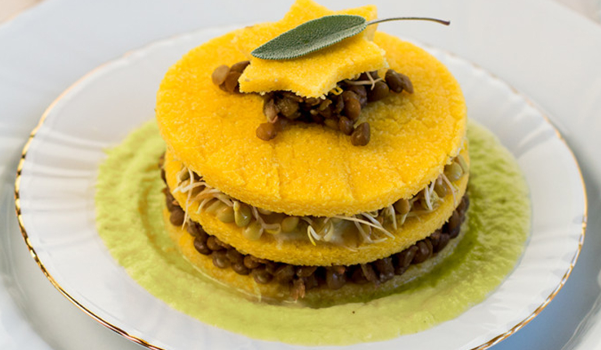 Torretta di polenta e lenticchie germogliate con salsa ai porri