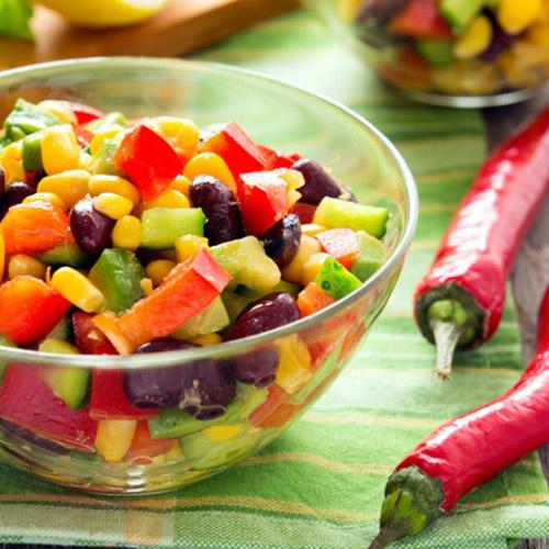 insalata di avocado e pomodori con mais e ceci