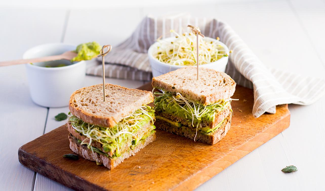 Panino integrale con zucchine, guacamole e germogli di fieno greco