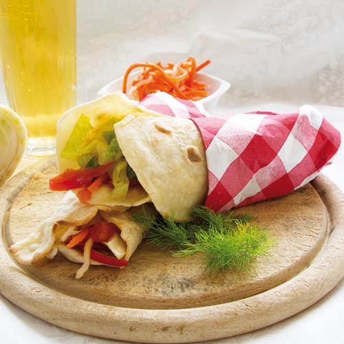 Leggere e gustose, le piadine con insalata senza glutine sono adatte a un pranzo veloce o fuosi casa.
