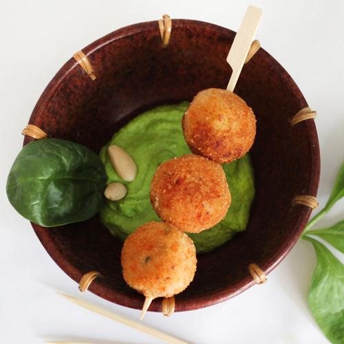 La ricetta delle polpette di patate con salsa di spinaci è semplice, gustosa e light, adatta a grandi e piccini.