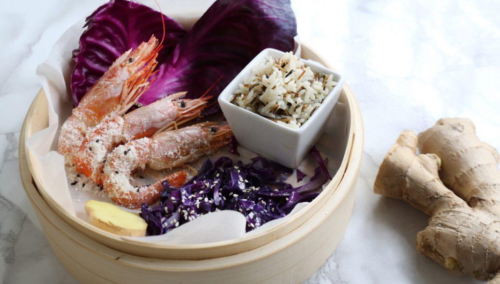 Gamberi al cocco con riso e cavolo viola senza glutine