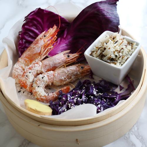 La ricetta light e senza glutine dei gamberi al cocco con riso e cavolo viola.