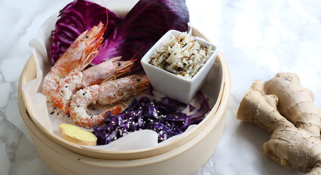 La ricetta dei gamberi al cocco con riso e cavolo viola è light e senza glutine.