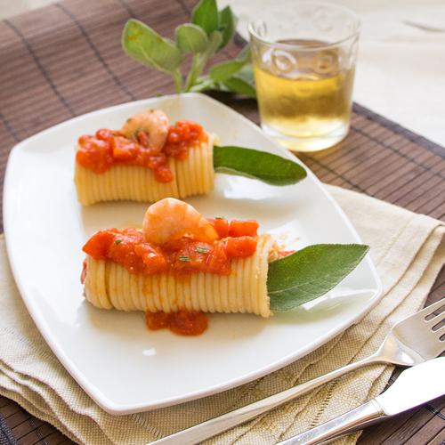 La ricetta lighte e senza glutine degli involtini di bucatini con gamberi e cannellini.